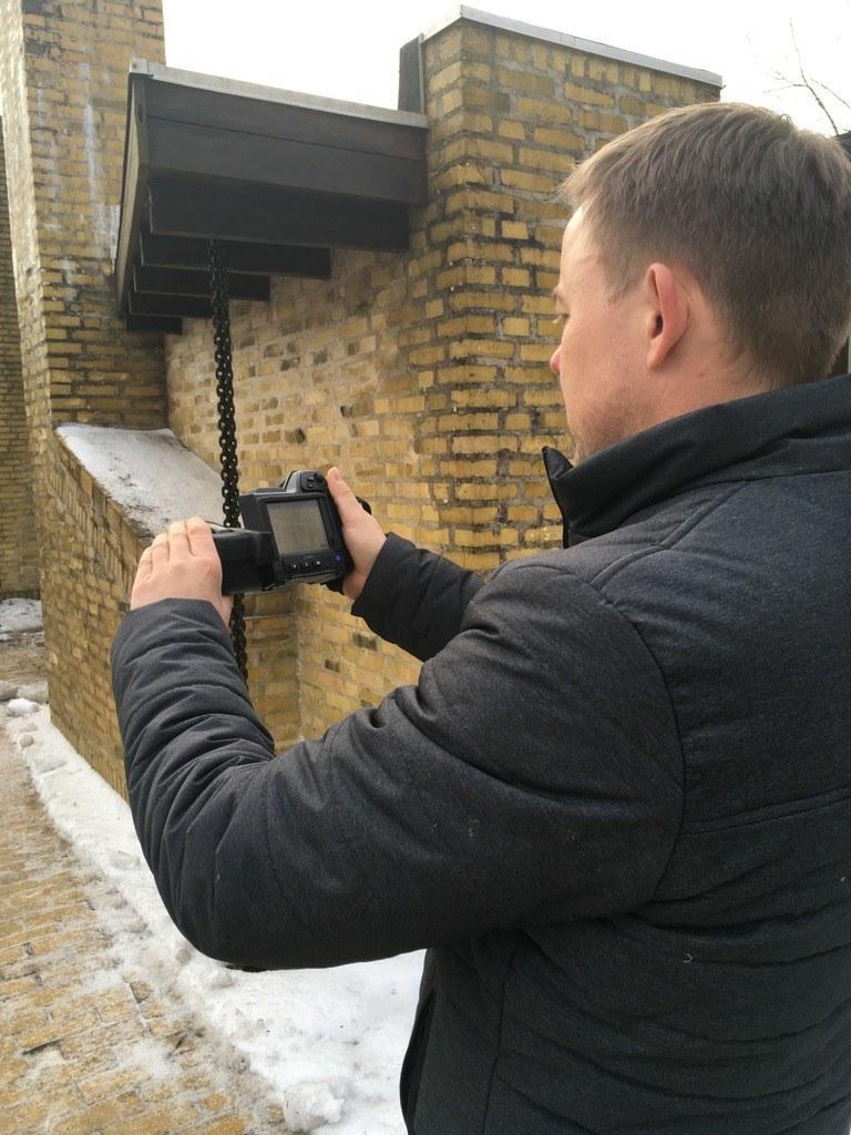 En termografering viser tydeliget hvor varmen forsvinder ud af don bolig